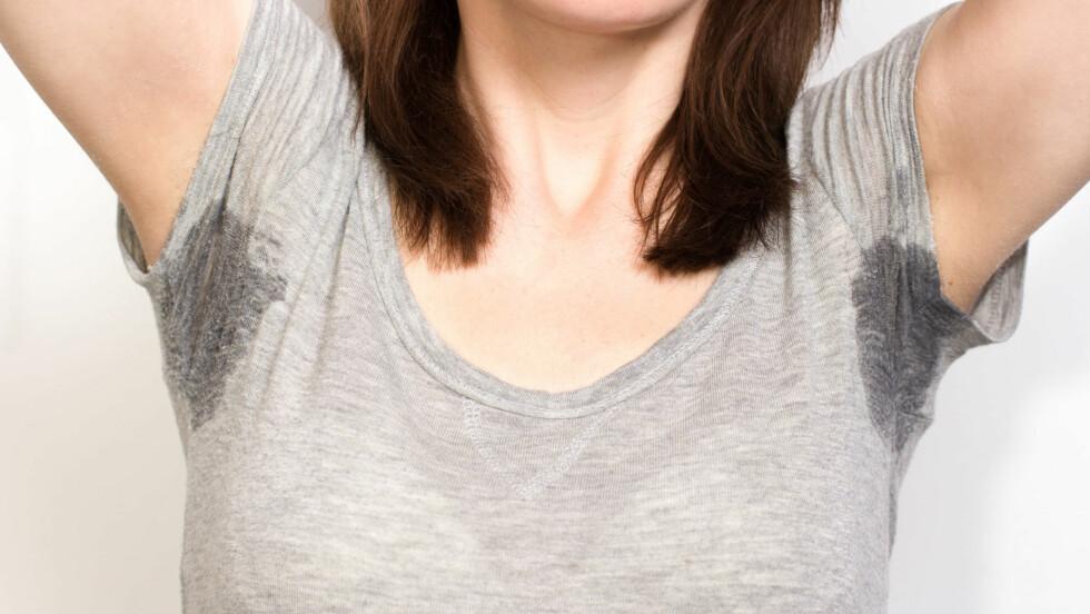 SVETTE: Er du en av mange svetter ekstra mye når du har mensen? Årsaken til dette er kroppens lave østrogennivå.