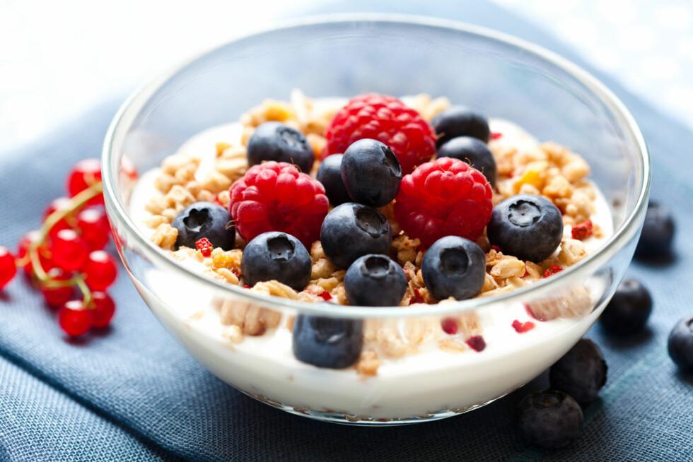 FROKOST: Et godt alternativ til frokost er yoghurt med litt bær og nøtter. Det inneholder heller ikke mer enn 190 kilokalorier, og gir derfor plass til en middag op rundt 300 kilokaloirer.  Foto: Thinkstock.com
