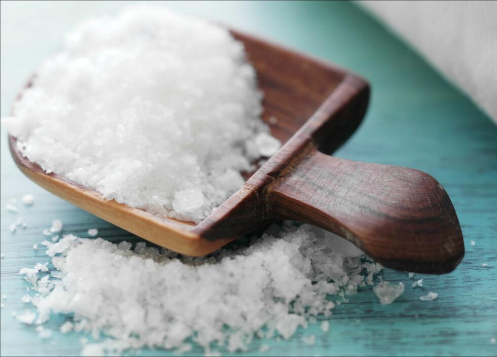 SALT: Det er spesielt viktig at du begrenser inntaket av salt til middag. Da kan det være lurt å la saltbøssen bli stående igjen på kjøkkenet.  Foto: Colourbox.com