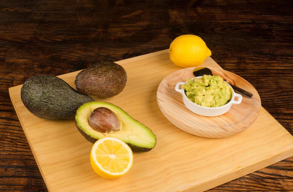 SITRON: Drypper du litt sitron eller lime på avokadoen vil den beholde den naturlige grønnfargen lengre.  Foto: Hemeroskopion - Fotolia
