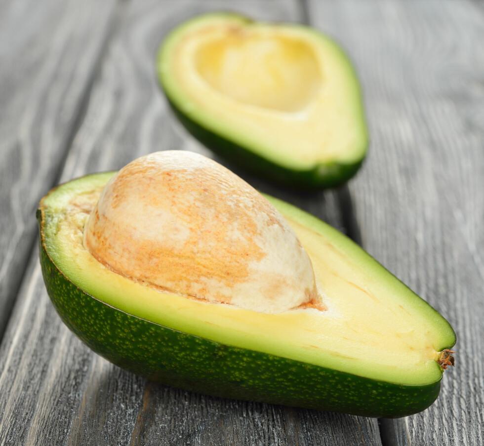 HALV AVOKADO: Dersom du kun skal spise en halv avokado bør du ta den som ikke har stein. Steinen gjør nemlig at den holder seg fin lengre.  Foto: olyina - Fotolia