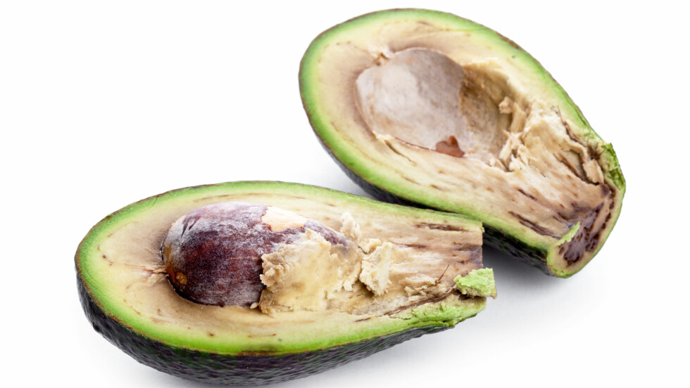 BRUN AVOKADO: Er du lei av at avokadoen blir brun med en gang? Da kan et godt tips være å dryppe litt sitron på den.  Foto: pavel Chernobrivets - Fotolia