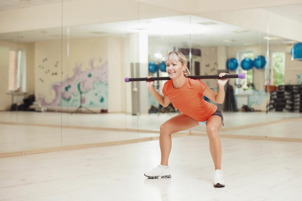 KNEBØY: Knebøy er den beste styrketreningsøvelsen for den nedre delen av kroppen. Vil du ha ekstra god effekt kan det være lurt å bruke noen ekstra tunge vekter.  Foto: danilkorolev - Fotolia