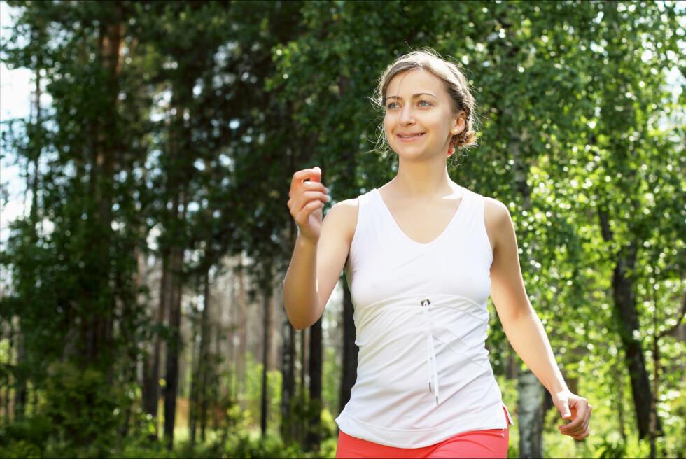 <strong>GOD GRUNN TIL Å GÅ MER:</strong> En ny studie viser at en gåtur kan være et svært effektivt grep for å redusere smerter i ryggen, men eksperten er ikke helt overbevist om at det alene er nok. Foto: Colourbox.com