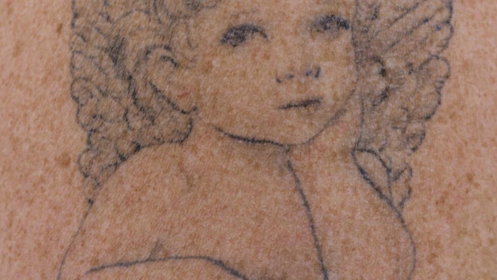 EVIG MINNE: På sin ene arm har Anna Karin tatovert en helt spesiell engel -den har Mathias sine øyen.  Foto: Nina Ruud/ All Over Press
