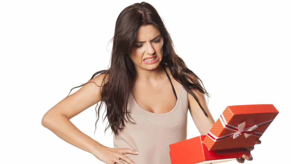 GAVE: Dersom gaven fra partneren din ikke falt helt i smak og du ønsker å bytte den, er det ifølge ekspertene svært viktig at du sier dette på en fin måte. Foto: Fotolia