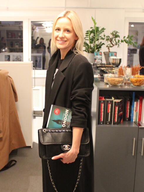 CELINE AAGAARD: Forfatteren med boken og sitt nyeste London-kjøp, en Chanel-veske. Foto: Silje Pedersen