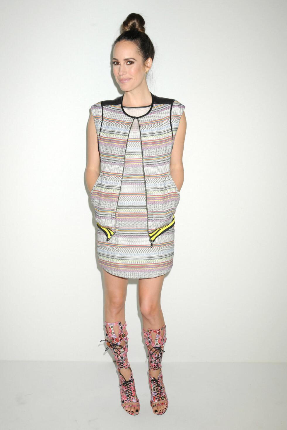 Den britiske programlederen Louise Roe hadde på seg en lårkort, ermløs kjole med matchende vest. Foto: All Over Press