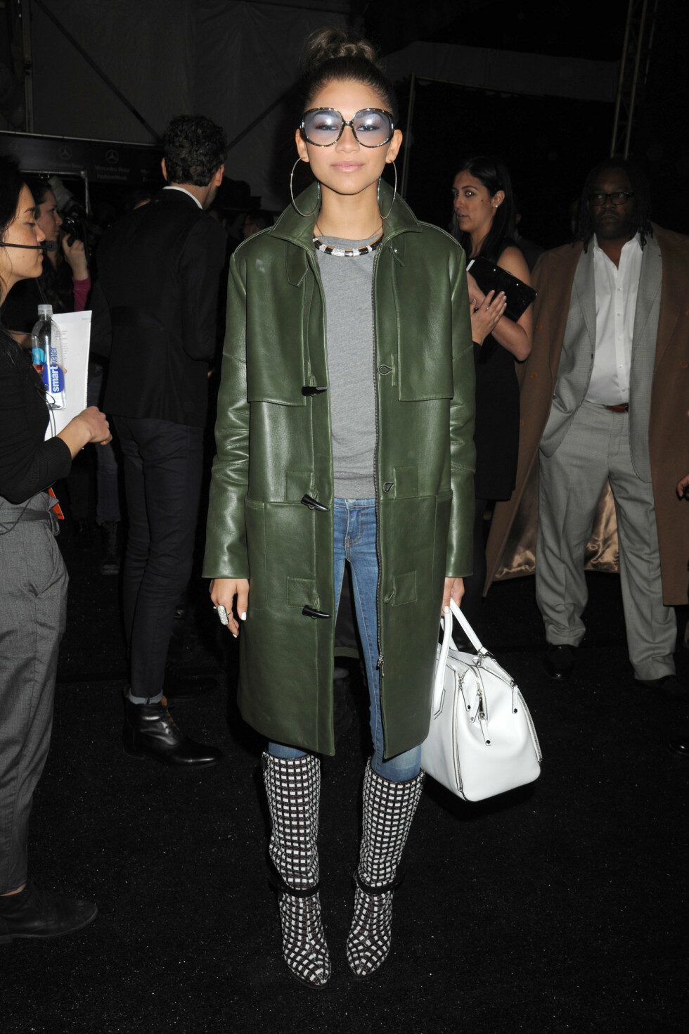 Den amerikanske skuespilleren og sangerinnen Zendaya Coleman hadde på seg lyse jeans, en grønn skinnjakke og en stor, hvit veske. Foto: All Over Press