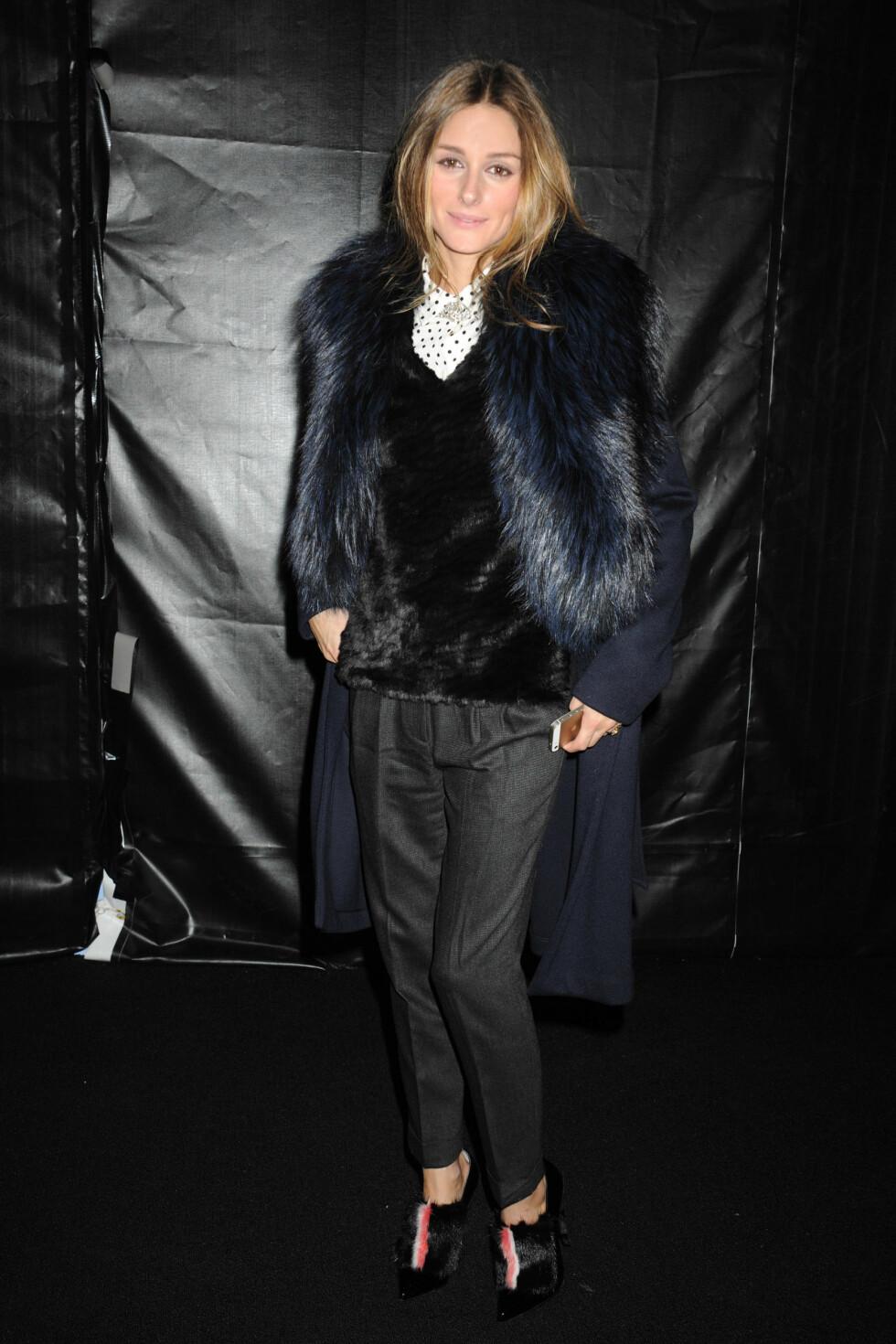 Olivia Palermo var selvsagt på plass under moteuken, og hadde på seg sorte dressbukser og mye fuskepels - både på skoene, genseren og jakken.  Foto: All Over Press