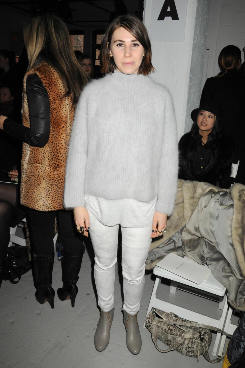 """I en annen anledning hadde """"Girls""""-skuespilleren Zosia Mamet på seg hvite bukser, en grå strikkgenser og grå ankelstøvletter. Foto: All Over Press"""