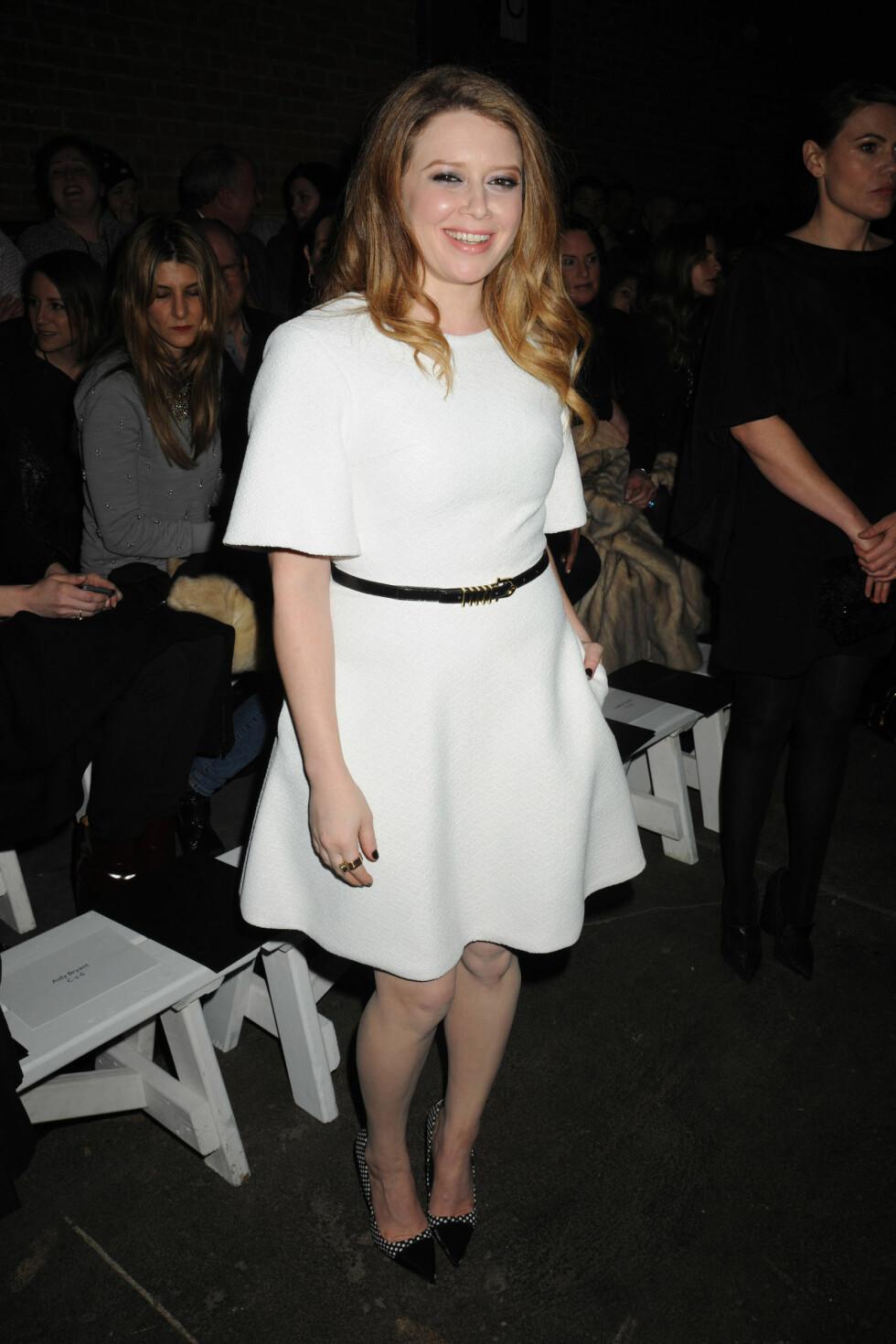 Skuespillerinnen Natasha Lyonne derimot, var iført en hvit kjole med et sort belte i livet og et par pumps med ruter og sorte detaljer.  Foto: All Over Press