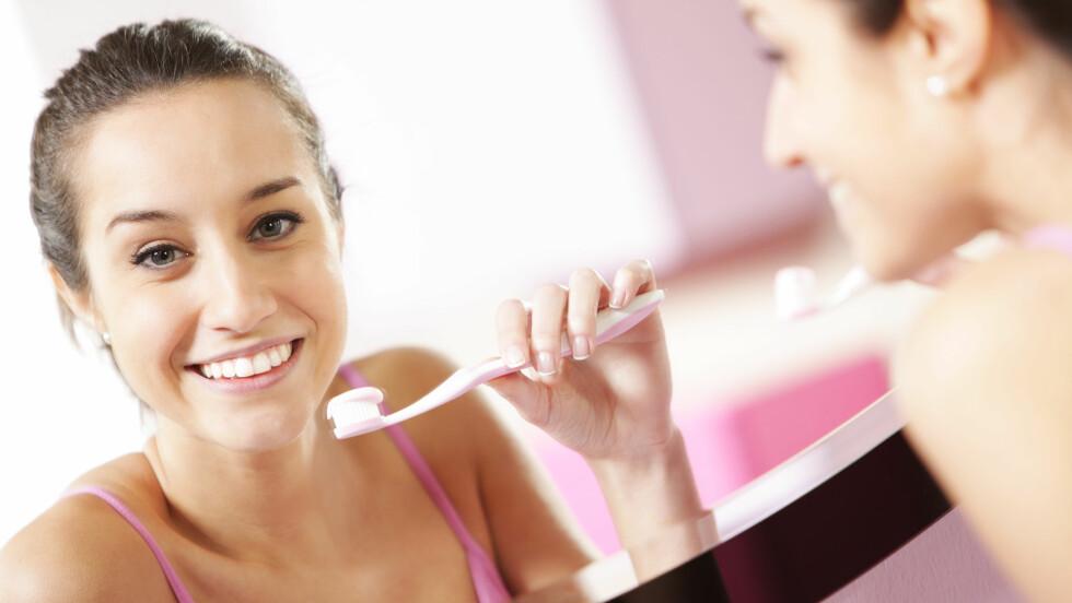 BYTT UT TANNBØRSTEN: Dårlig bust kan være årsaken til at du har misfargede tenner. Det er derfor god grunn til å bytte den ut ofte nok. Foto: stokkete - Fotolia