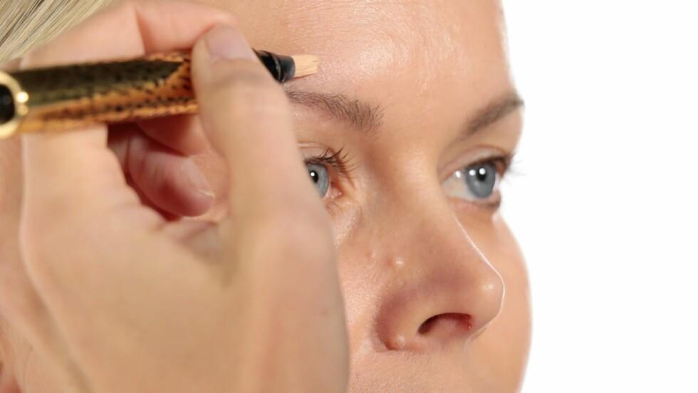 GOD START: Begynn med å sminke partiet rundt øyet så ser du raskere hvor mye du skal bruke concealeren på andre steder i ansiktet. Foto: Per Ervland