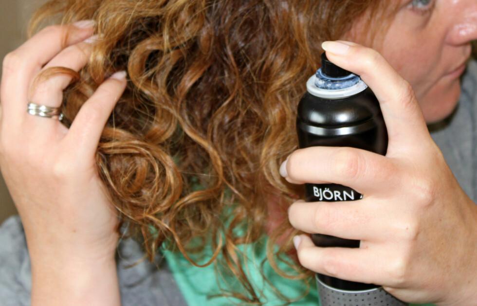 <strong>FRISKER OPP:</strong> Litt tørrsjampo ved røttene frisker opp hår som ikke er nyvasket, men er også et ypperlig stylingprodukt.  Foto: KK.no