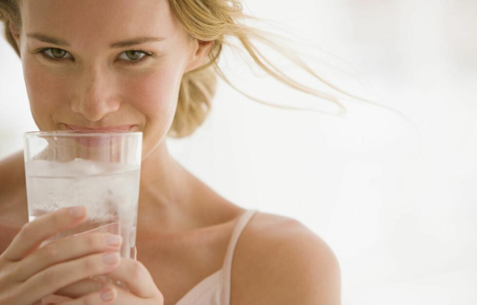 VIKTIG Å DRIKKE NOK: Dersom du skal faste er det ekstra viktig å få i seg nok væske - spesielt for kvinner, som er mer sensitive for dehydrering enn menn. Foto: Thinkstock