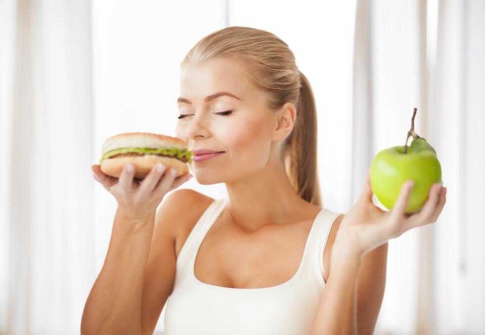 SØPPELMAT: Forskning viser at tyggis med mintsmak gjør at du velger søppelmat fremfor frukt og grønt.  Foto: Syda Productions - Fotolia