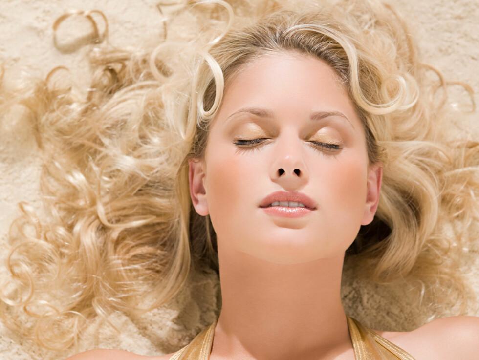 PERFEKT BLOND: Vask håret med lilla pigmenter, for da holder den blonde fargen seg perfekt selv når du bader i klorvann. Foto: Image Source