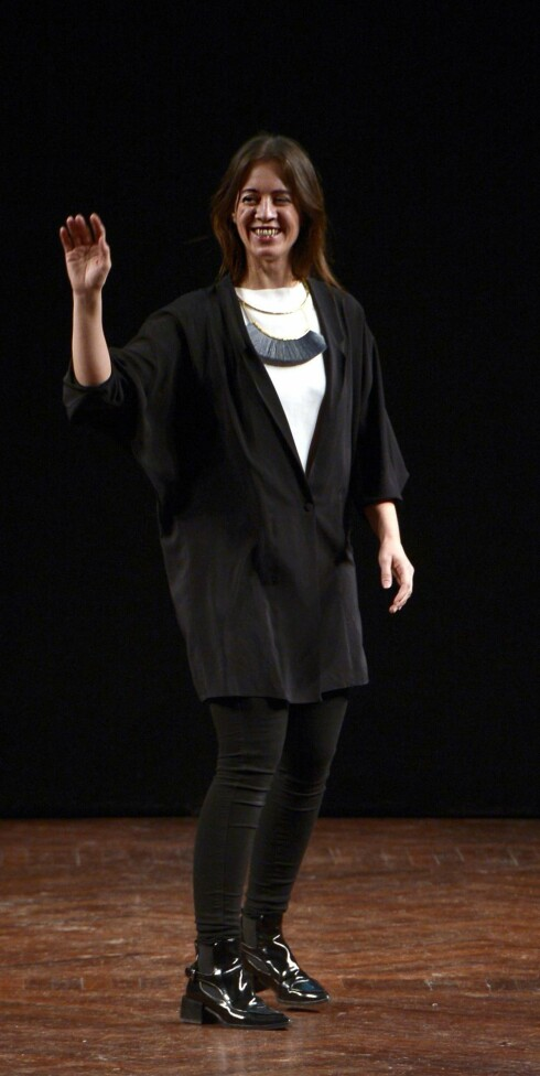 VERONICA B. VALLENES: Designeren vinket stolt til publikum etter visningen. Smykke fra Bjørg. Foto: Copenhagen Fashion Week