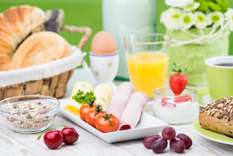 HELE MÅLTIDET: Om rundstykkene du velger er kaloririke kan du for eksemple kompansere med litt sunnere pålegg.  Foto: Picture-Factory - Fotolia