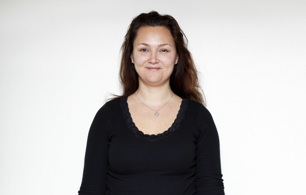 HER ER FØR-BILDET: - Anne Helen hadde grovt og tørt hår med masse krøller, som jeg ville gi mye mer liv og glans, sier Cathrin Bernvald, frisør i salongen På Håret i Oslo.   Foto: Veronica von Clemm