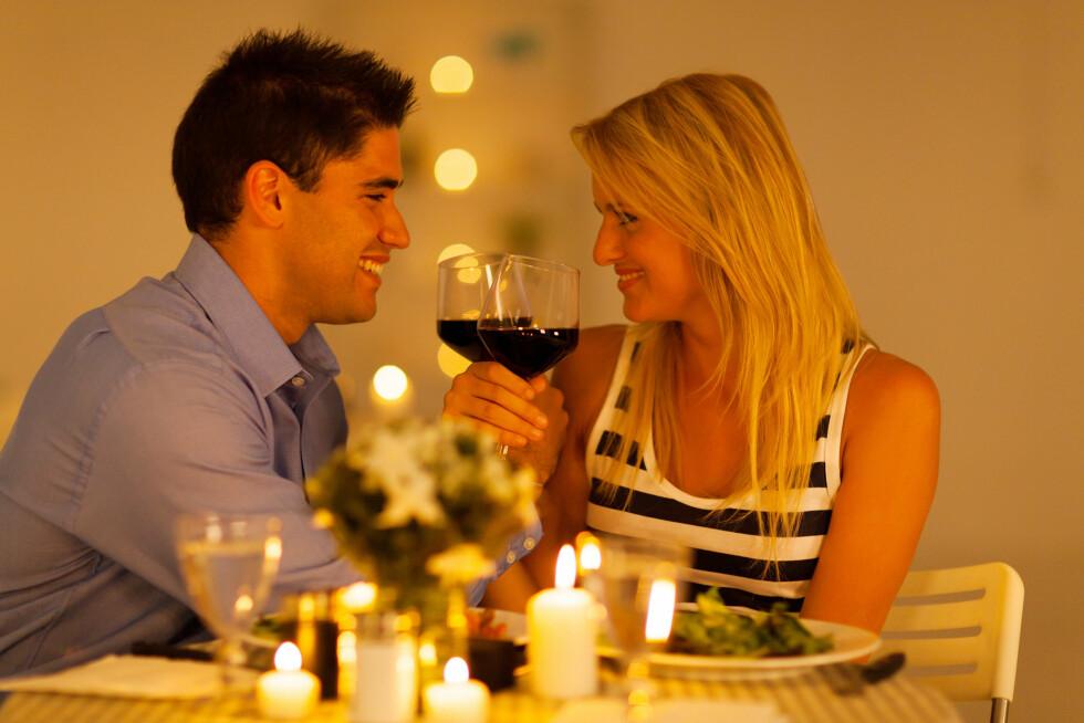 SNAKK SAMMEN: Et godt råd kan være å ta opp problemet et annet sted enn i sengen. Hva med å bringe det opp under en middag hvor det er litt vin med i bildet? Foto: michaeljung - Fotolia