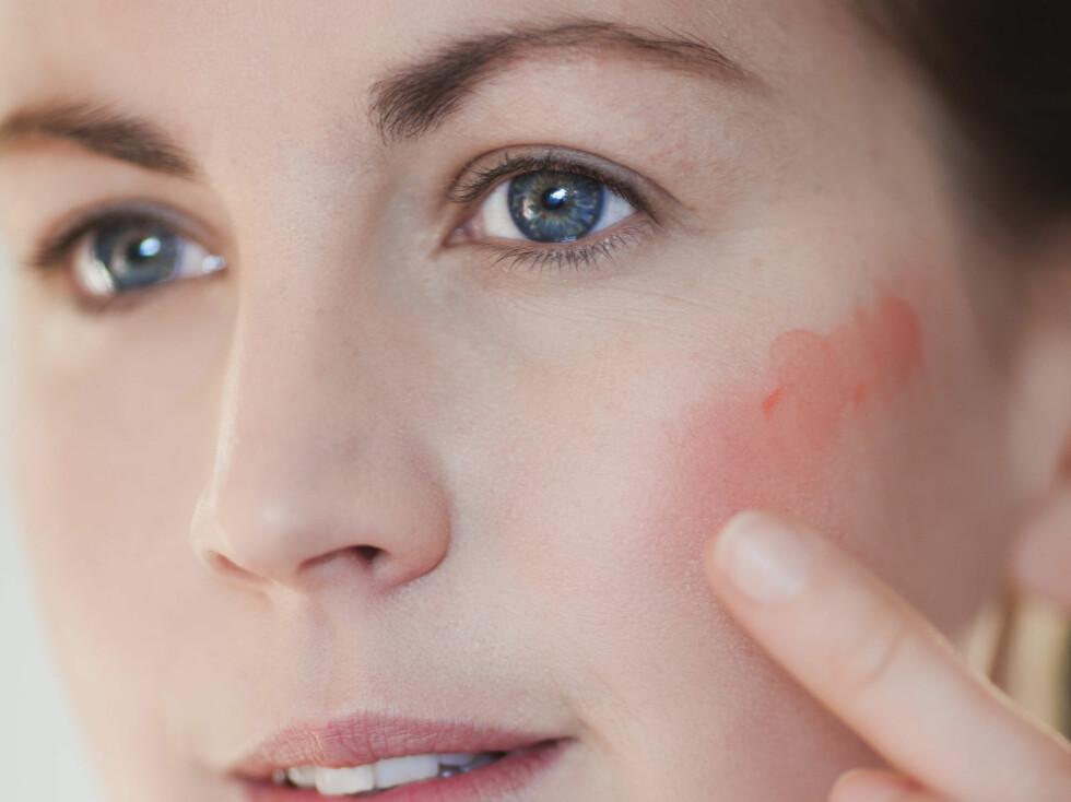 EFFEKTFULLT: Litt kremrouge i kinnene kan gjøre mye for å gi deg litt glød i ansiktet igjen. Hold deg til kremprodukter når huden er veldig dehydrert.  Foto: Astrid Waller