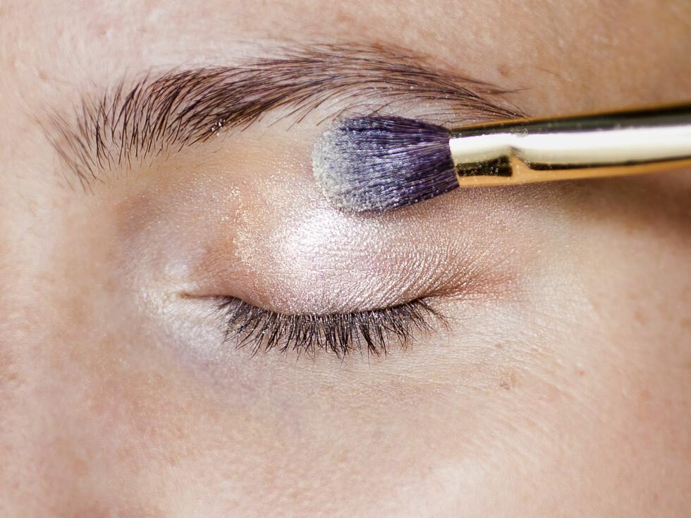 <strong>SKIMMER:</strong> Litt skimmer i skyggen reflekterer lyset og få øynene dine til å stråle. Vær veldig forsiktig med glitter, særlig om du har fine linjer rundt øynene, men lett skimmer eller glans er fint på alle. Foto: Astrid Waller
