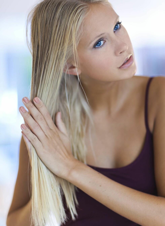 1. Ha primer og strukturkrem i lengdene på håret. Foto: Astrid Waller