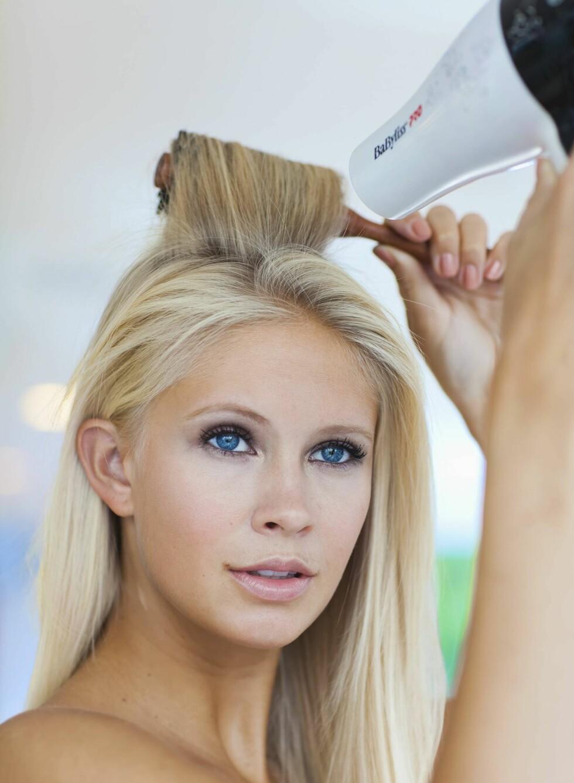 2. Føn håret på en rullbørste. Før børsten i den retningen du vil at håret skal ligge og føn. Foto: Astrid Waller