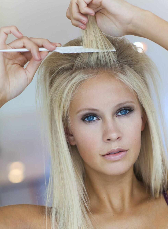 3. Del håret inn i små seksjoner, og tuppér håret bakover ved røttene. Avslutt med lett hårspray. Foto: Astrid Waller