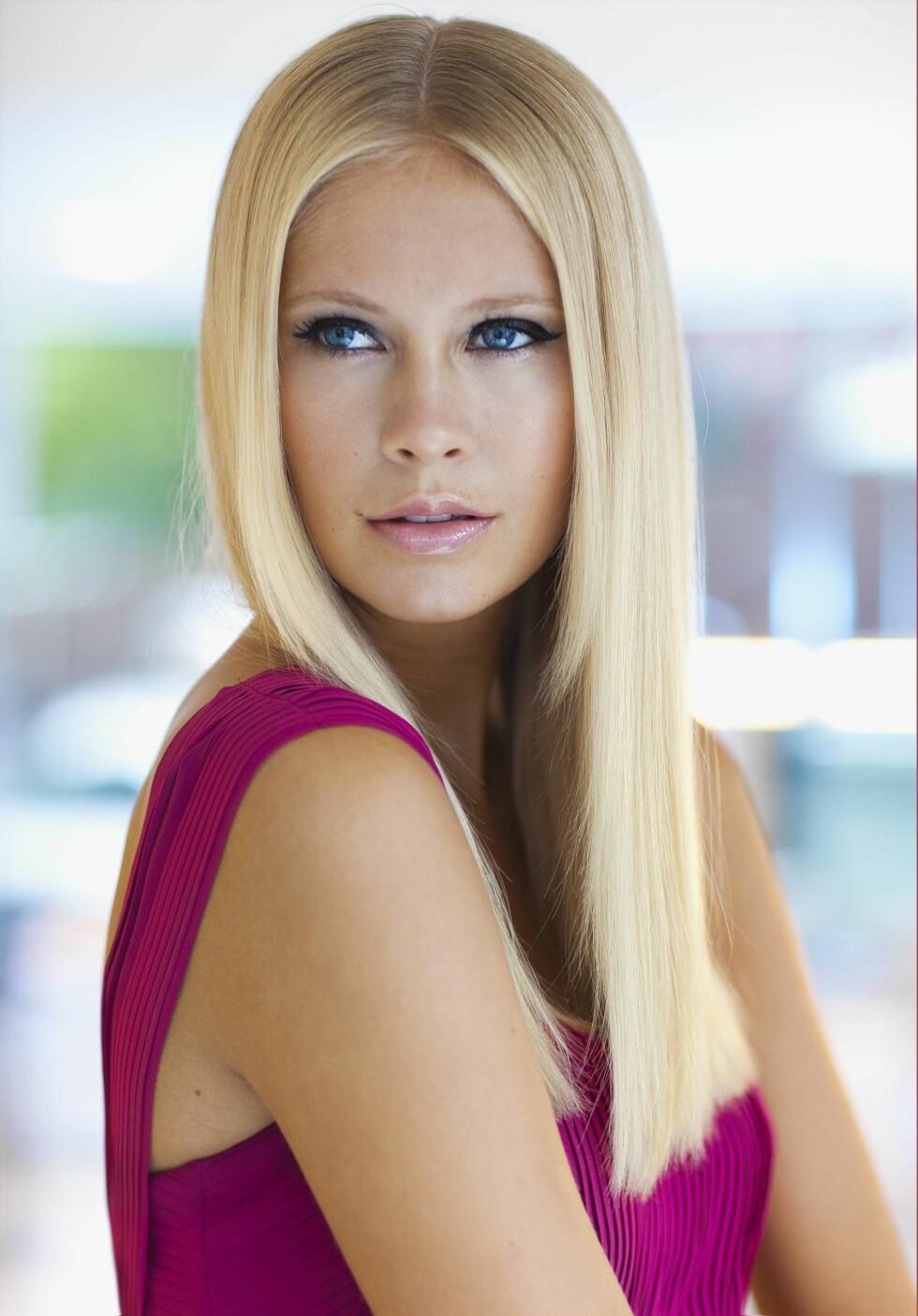 LEKKERT: Glatt hår er både klassisk og vakkert, og du trenger slettes (sic!) ikke å bruke rettetang for å få det til. En føner holder lenge! Foto: Astrid Waller