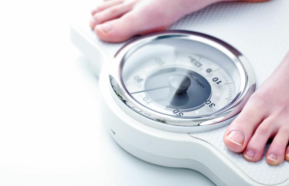 OPP I VEKT: Dersom du har gått opp noen kilo over natten, kan dette skyldes det du spiste eller drakk dagen før.  Foto: Michael Nivelet - Fotolia