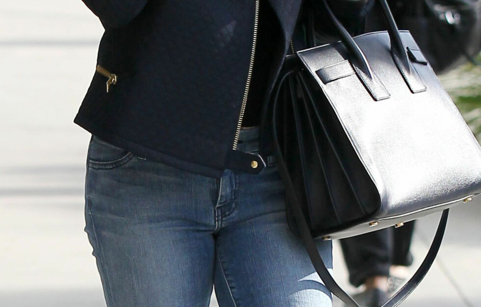 <strong>SER DU HVA SOM ER GALT?:</strong> Her ser vi skuespiller Reese Witherspoon i trange stramme jeans og stor håndveske hun bærer på armen. Ifølge avisen The Huffington Post er dette bare to av syv klestabber som kan gi deg helsebesvær. Foto: REX/Broadimage/All Over Press