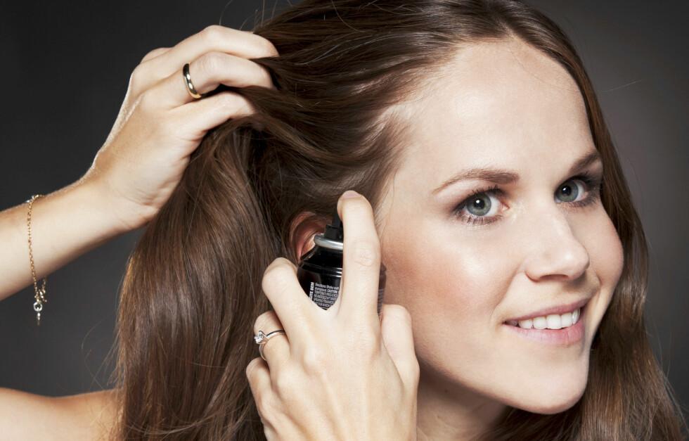 GOD PREPP: Nok produkter er viktig for at frisyren skal holde lenge. Hårstyling ved Maja Silfvenius/På Håret. Foto: Veronica von Clemm