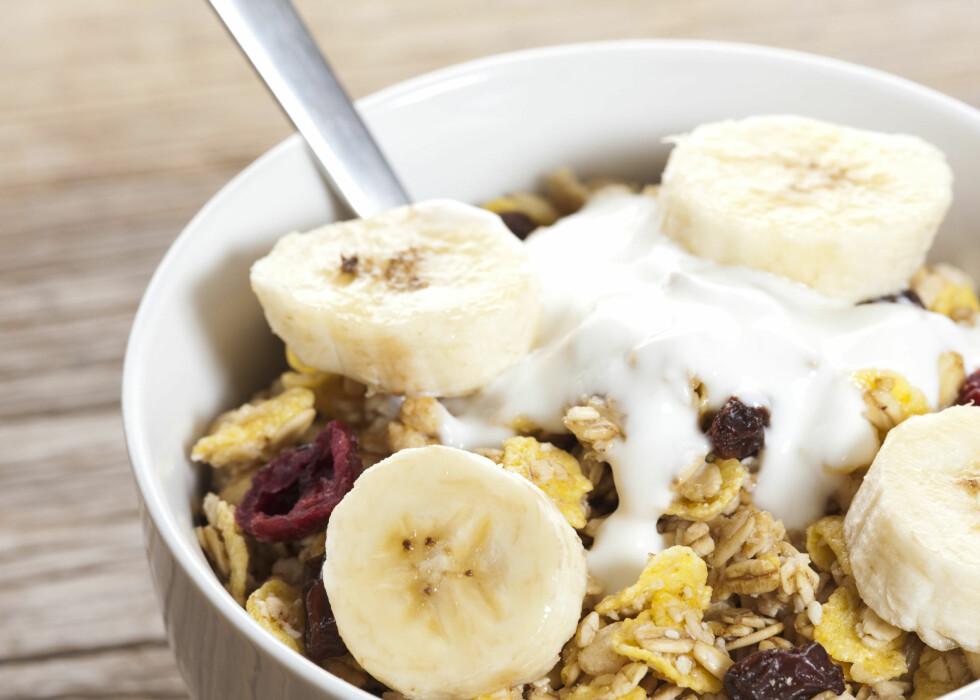 SØVNMAT. Litt yoghurt med müsli, og også banan, inneholder stoffer som gjør deg trøtt. Foto: Colourbox