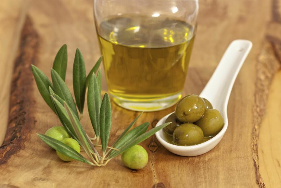 OLIVENOLJE: Selv om olivenolje ikke er like effektivt for hjertehelsen er det god grunn til å spise både mais- og olivenolje, ettersom de begge er kilder til sunt fett.  Foto: Thinkstock.com