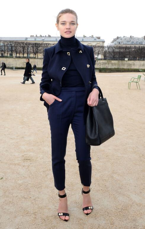 STRAM SVART POLO GIR LANG HALS: Supermodell Natalia Vodianova gir seg selv enda mer lengde i denne genseren. Foto: All Over Press