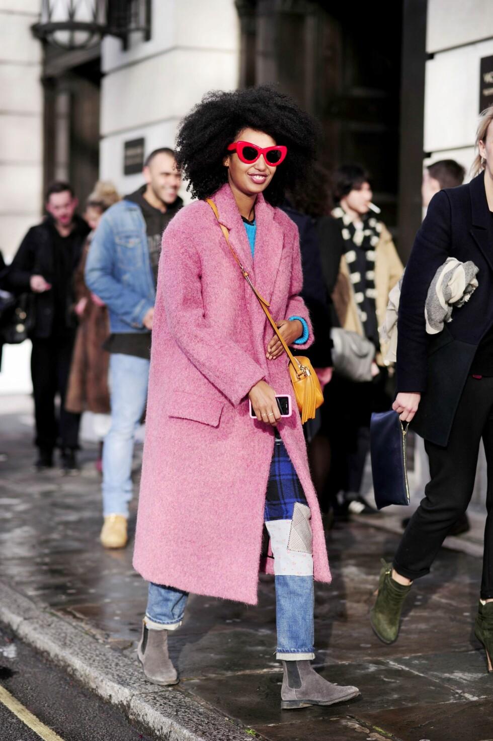 Julia-Sarr-Jamois topper sin rosa statementkåpe med et par røde solbriller. Foto: All Over Press