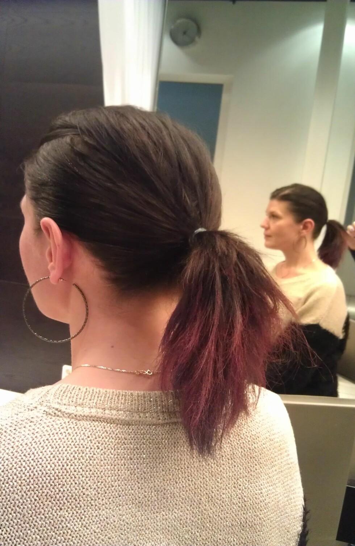 TRE FARGER: Fargen synes godt også på mørkt hår. Her har frisøren brukt tre farger på Tones hestehale –rødt, rosa og lilla.