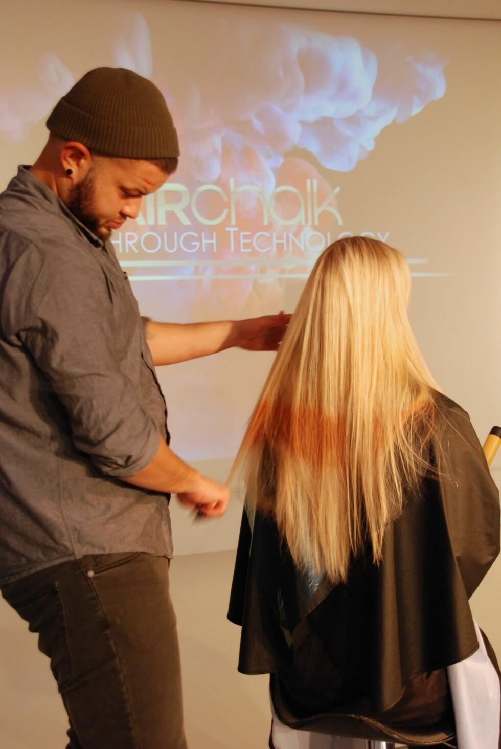 BØRST UT: Håret må gres godt ut etter at fargen har tørket.  Foto: Aina Kristiansen