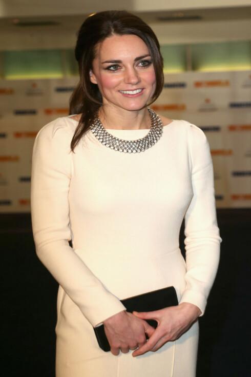 KATE MIDDLETON: Hertuginnen hadde på seg kjole fra Roland Mouret og smykke fra Zara. Foto: All Over Press