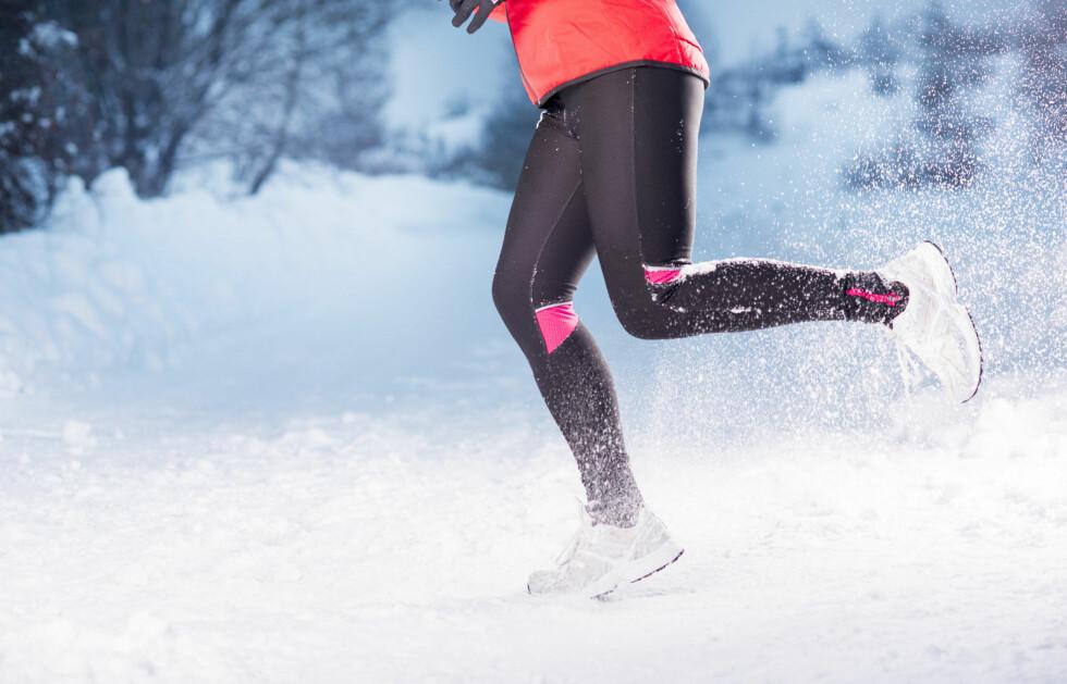 TRENE UTE: Trener du ute i minusgrader bør du være obs på at musklene dine er mindre elastiske enn ellers. Derfor er det viktig å varme opp før økta.   Foto: Halfpoint - Fotolia
