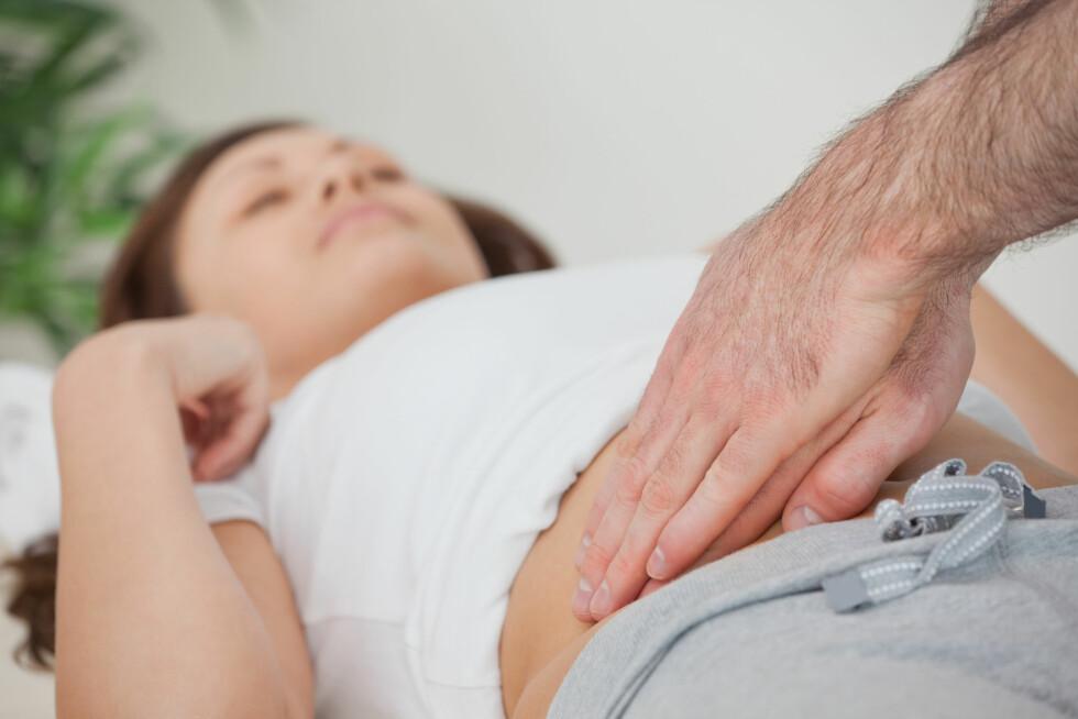 SMERTER? Hvis rumlingen kommer i kombinasjon med smerter, kan det være lurt å oppsøke en lege som kan sjekke at lydene ikke skyldes noe mer alvorlig.  Foto: WavebreakmediaMicro - Fotolia