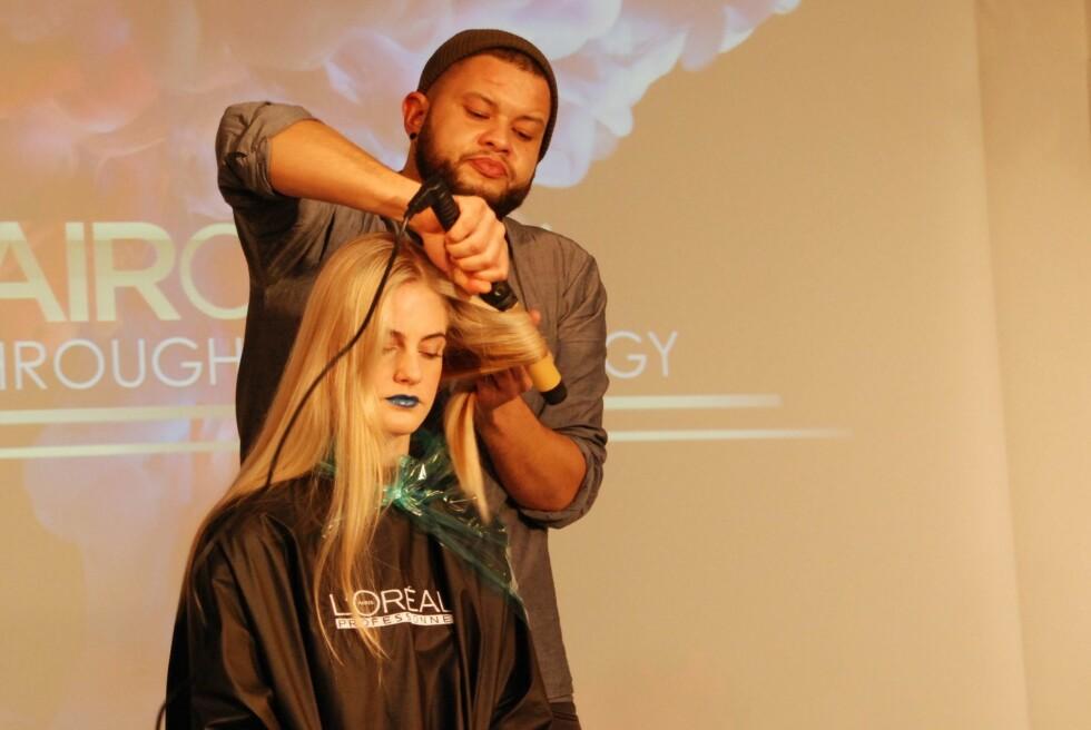 TO SEKSJONER: Del håret i to seksjoner og krøll hver av dem rundt en syl eller krølltang. Kjenn på håret - når det ytterste laget er varmt, er håret ferdig krøllet. Foto: Aina Kristiansen