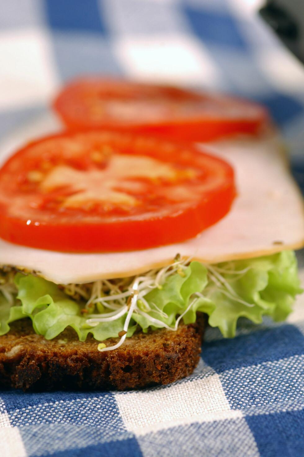 BRUK DEM PÅ BRØDSKIVA: Legg noen tomatskiver på brødskiva, det gjør deg nemlig fortere mett.