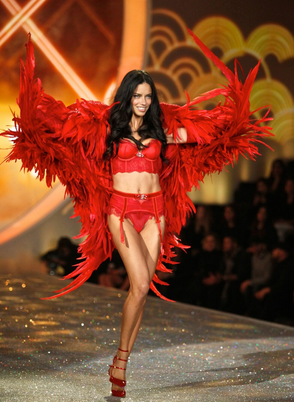 Adriana Lima on the catwalk *** Local Caption *** 10.3370114a Foto: REX/Gregory Pace/BEI/All Over Pr