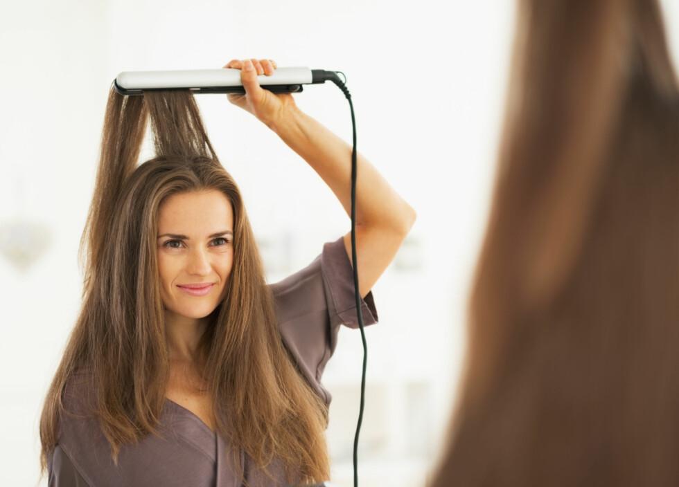 SLITER: For sterk varme, mangel på varmebeskyttende produkter, hyppig bruk og for langsomme bevegelser bidrar til stor slitasje på håret når du bruker rettetang. Foto: Alliance - Fotolia