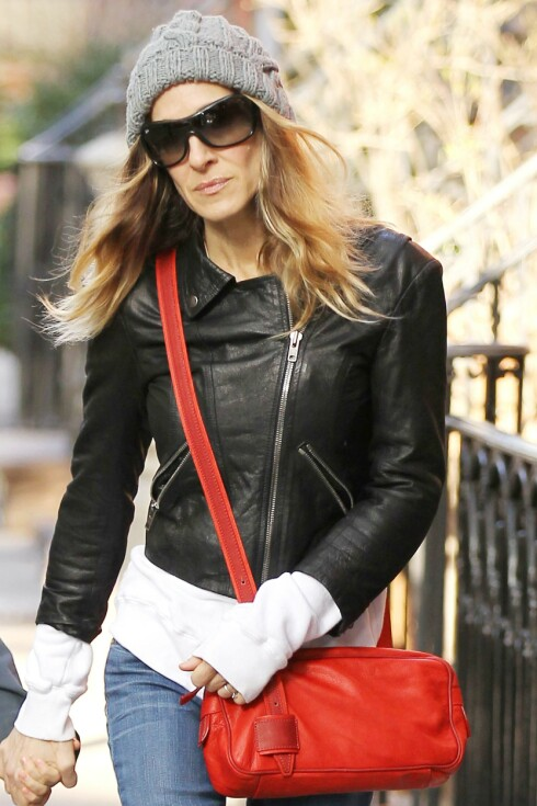 TOPPLUE: Sarah Jessica Parker elsker store luer og rufsete, naturlige bølger.  Foto: All Over Press