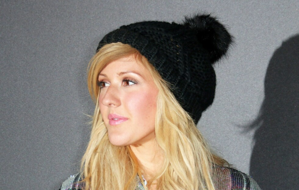 LUEFIN: Ellie Goulding kombinerer rufsete bølger og sidelugg med en god, varm lue. Se og lær!  Foto: REX/London News Pictures/All Over Press